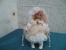 Vintage petite poupée de collection tête porcelaine sur balancelle en fer