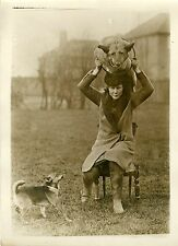 """Miss KELLY entrainant ses chiens Alsaciens"" Photo originale G. DEVRED /Agce ROL"
