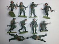 Konvolut 10 alte Elastolin Kunststoff Soldaten zu 7.5cm Schweizer kämpfend
