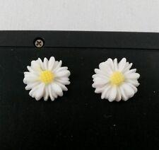 Orecchini di bigiotteria bottoni bianchi