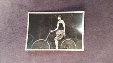 Foto 79K3900 Hübsche Dame Mädchen auf Fahrrad ca.1930er ca.6x9cm