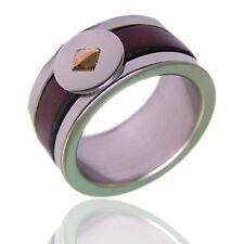 Anello a fascia in acciaio con borchia in oro 18 carati e cuoio