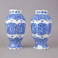 Paire de vases en faience de Delft 18ème à decor blanc bleu