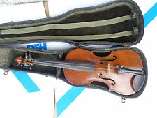 Vecchio violino violino con biglietto