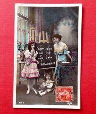 CPA. 1910. SOUVENIR. Mère. Fillette. Bébé. Tableau Noir. Chat.