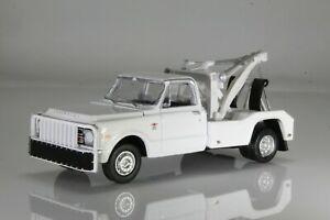 1968 Chevy C-30 Wrecker / Tow Truck, DRW, Dually,1:64 Diecast Model White