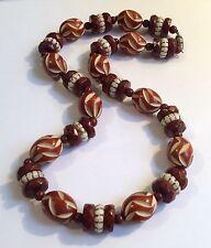 1930s ORIGINALE ART DECO Brown & Cream Collana W celluloide & modellata in perle di vetro