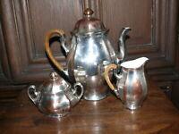 ca. 100 Jahre alte Kaffeekanne Milchkännchen Zuckerdose Porzellan versilbert