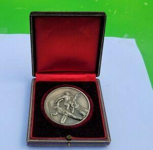 Médaille Art Déco Sport Athlétisme(Sauts) en métal argenté gravé par Gloria.