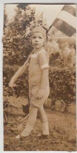 (F25888) Orig. Foto Kind Bärbel Scheller mit Fähnchen im Freien 1926