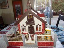 Ancienne maison de poupée miniature en bois alsacienne jardin cloture