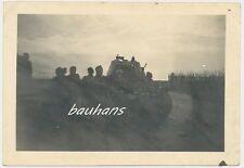 Foto Russland-Feldzug Soldaten Beute Panzer   2.WK (h426)