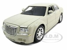 2005 CHRYSLER 300C HEMI CREAM 1:18 DIECAST MODEL CAR BY MAISTO 31120