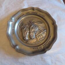 Assiette en étain représentant deux chevaux gravée « Pour Quintet, cherche les t