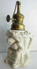 Veilleuse, lampe à pétrole barbotine: Femme accroupie avec une hotte sur le dos
