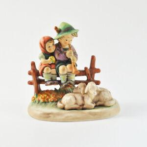Hummel Göbel Figur - Abendlied - 99 - Junge & Mädchen sitzend auf Zaun - Schafe
