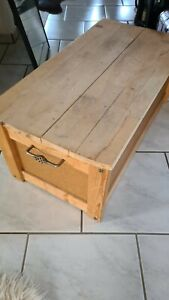 1 Große Holztruhe mit Deckel innen mit Satin aus gekleidet SCHÖNE GRIFFE