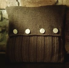 Strickanleitung für ein kuschliges Sofa-Kissen mit Knöpfen im Landhauslook