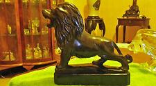 Sculpture statue lion en pierre noire - poids 1580 g - hauteur 17 cm environ