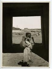 Marrakech : l'enfant & le Palais El Badi, c. 1935 - Photo ancienne Maroc