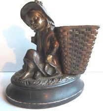 Porte-allumettes pyrogène, plâtre patiné bronze Art Nouveau: Fillette à la hotte