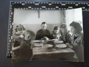 Foto XL , Dipl. Ing. Joseph Jeiter Familie beim Gebet vorm Essen  , 240821-37