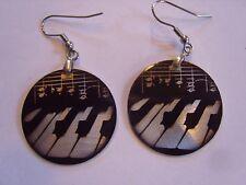 Ohrring kleine runde Form mit schwarz weißen Klaviertasten  aus Aluminium 3385