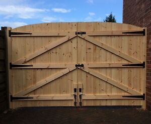 WOODEN DRIVEWAY GATES!HEAVY DUTY SOLID GATES! 5FT HIGHEST POINT