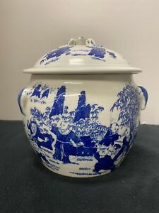 Vintage Chinese blue and white porcelain jar