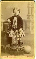 St Etienne Chéri Rousseau un enfant balle au pied prend la pose air sérieux CDV