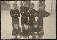 YZ0061 Squadra di calcio di ragazzi in tenuta - Foto d'epoca - vintage photo