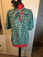 TROLLIED DOLLY Lover Top Ladies Green Short Sleeve Pussy Bow Tie Blouse Size M