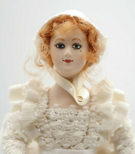Petite poupée d'artiste, mignonnette en porcelaine, 16cm de haut, année 90