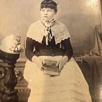 CABINET CARD Portrait Photo Young Woman with book in hand - CDV
