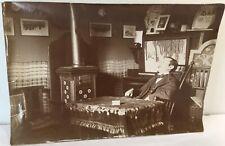 Mystérieuse photographie ancienne, l'homme est-il vivant ou mort?