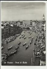 bella cartolina di venezia ponte di rialto si vede una regata di gondole