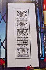 La magia de blackwork Elegante Floral Sampler Cross Stitch chart del alfabeto