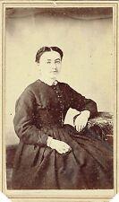 Photo cdv : E.Lecocq ; Jeune fille assise en pose , New-York , Vers 1868