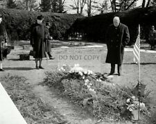 WINSTON CHURCHILL VISITS THE GRAVE OF FRANKLIN D. ROOSEVELT  8X10 PHOTO (AB-511)