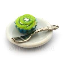 Kiwi CREMA Cupcake en miniatura en una taza de papel azul en una placa con un tenedor