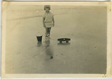 PHOTO - ENFANT JOUET MER FILLE - CHILD OLD TOY SEA HOLIDAYS - Vintage Snapshot
