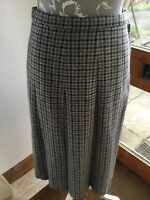 DUNEDIN Skirt Pleated MADE IN SCOTLAND A-line Size 12.GREY/BLACK CHECK,GORGEOUS.