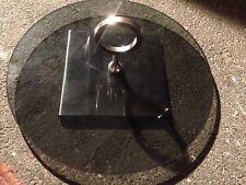 Plateau à fromage en verre fumé rond avec monture en métal