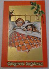 TOP! Gold Präge Ak Kinder im Bett mit Puppe Stechpalmenzweig viel Gold! 1912