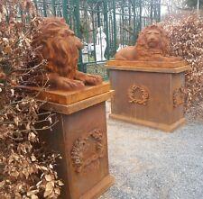 Löwenpaar, liegend, Löwenstatuen aus Gusseisen mit Bodenplatte