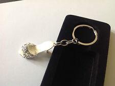 porte clef bijoux escarpin métal couleur argent émail beige et cristaux diamant