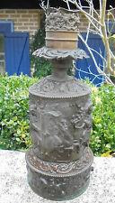 ANCIENNE LAMPE A GAZ MURAL LAITON REPOUSSÉ DECOR MOUSQUETAIRES XIXème D1973