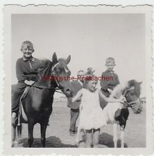 (F7498) Orig. Foto Kinder reiten auf Pferd u. Pony, 1930er