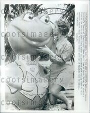 1961 Pretty Queen of Tobaccoland Kisses Frog Statue Mytle Beach Sc Press Photo