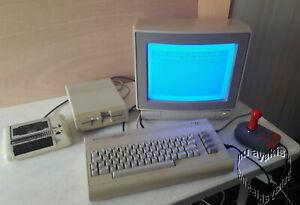 C64 mit Monitor, Datasette, Disketten-Laufwerk und einen Joystick